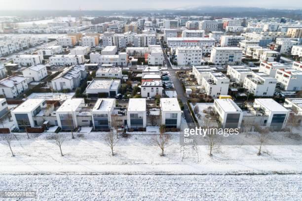 häuser im winter, luftbild - menschliche siedlung stock-fotos und bilder