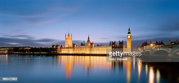 houses of parliament across river thames at dusk - yeowell foto e immagini stock