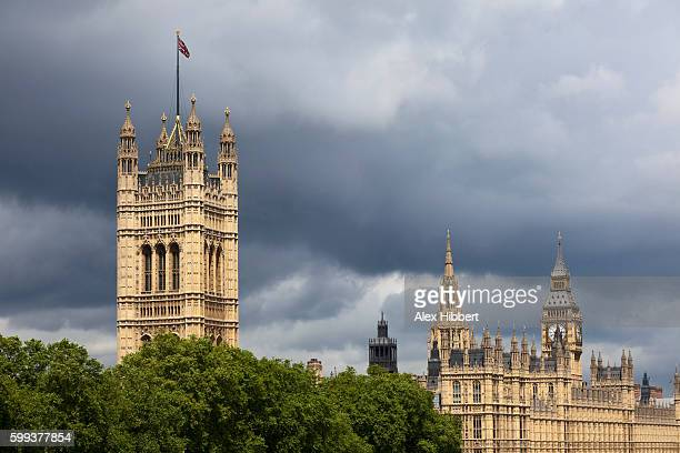 houses of parliament and stormy sky, london, england, uk - victoria tower stock pictures, royalty-free photos & images