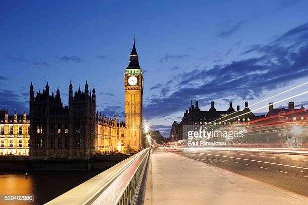houses of parliament and westminster bridge at dusk, london, uk - victoria tower stock pictures, royalty-free photos & images