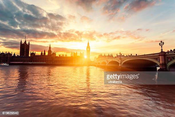 houses of parliament and westminster bridge at sunset in london - london england stock-fotos und bilder