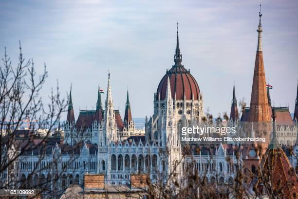houses of parliament, budapest, hungary, europe - sede do parlamento húngaro - fotografias e filmes do acervo