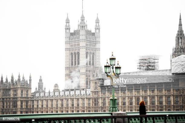 houses of parliament in the rain. - river thames stock pictures, royalty-free photos & images