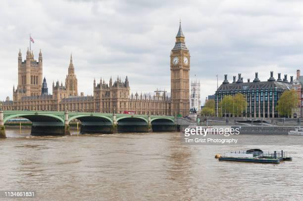 houses of parliament, portcullis house and westminster bridge, london. - lugar histórico - fotografias e filmes do acervo