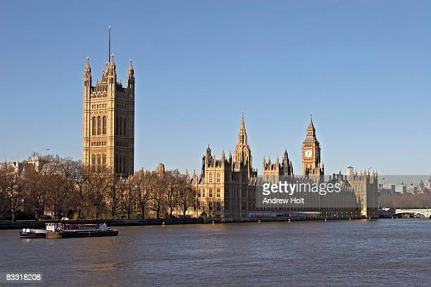 houses of parliament with the river thames - palazzo reale foto e immagini stock