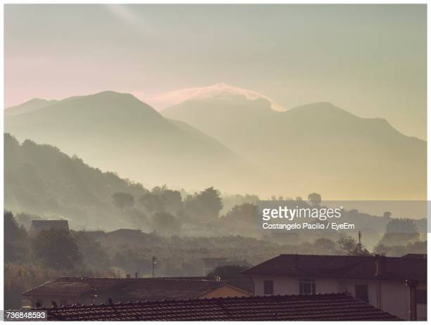 houses on mountains against sky - costangelo pacilio foto e immagini stock
