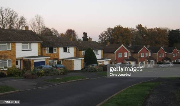 houses on residential street suburbia - residential district stock pictures, royalty-free photos & images