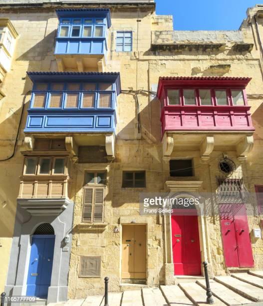 houses with the typical wooden balconies in valletta, malta - frans sellies stockfoto's en -beelden