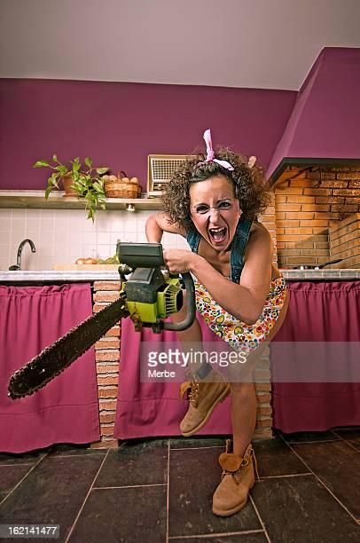 Un hysterical femme dans la cuisine