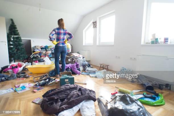 housewife cleaning at home - confusão imagens e fotografias de stock