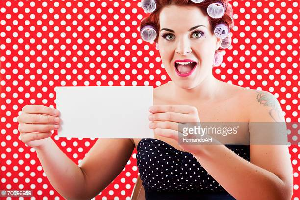 Femme heureuse montrant une enveloppe