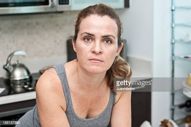 dona de casa posando em sua cozinha - descontente - fotografias e filmes do acervo