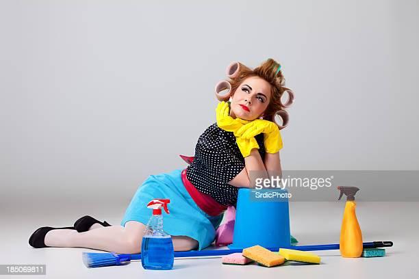 Casalinga seduto sul pavimento e ricerca
