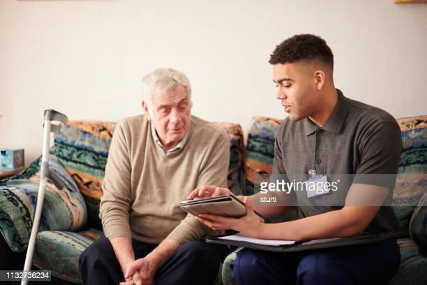 oficial de habitação com o cliente - assistente social - fotografias e filmes do acervo