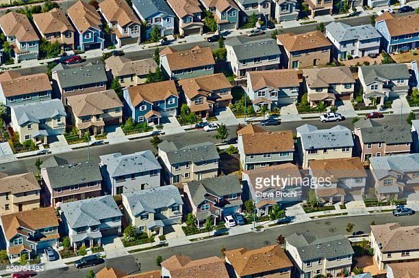housing tract - suburbio zona residencial fotografías e imágenes de stock