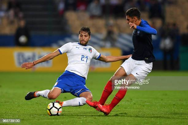 Houssem Aouar of France U21 clashes with Manuel Locatelli of Italy U21 during the International Friendly match between France U21 and Italy U21 on...