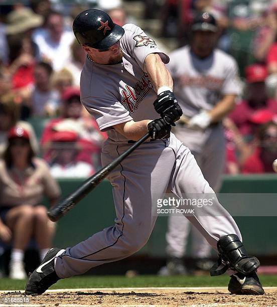 Houston Astros' Jeff Bagwell connects for an RBI double against the St. Louis Cardinals in the first inning in St. Louis, MO, 23 May 2002. AFP...