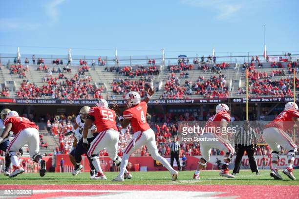 Houston Cougars quarterback D'Eriq King enjoys a clean pocket as he looks to pass to the left flat during the football game between the Navy...