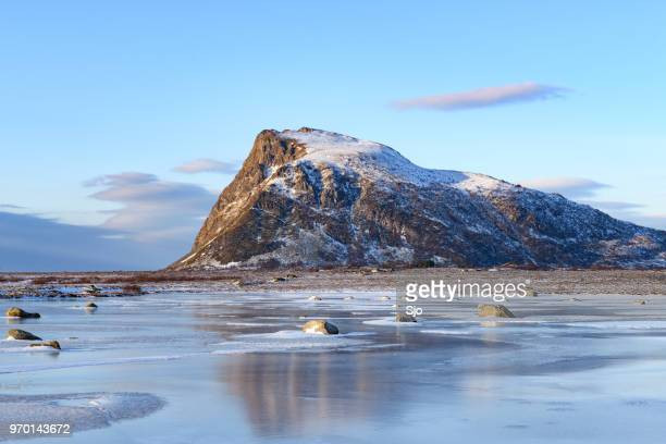 Hoven berg op Gimsøya eiland in de Lofoten in de winter