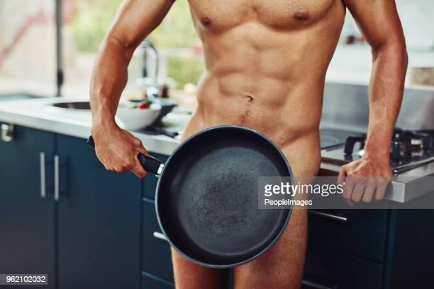 como você gosta de seus ovos? - homem pelado - fotografias e filmes do acervo