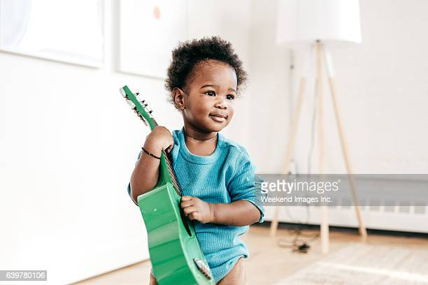 how to involve toddlers to music - bebe noir photos et images de collection