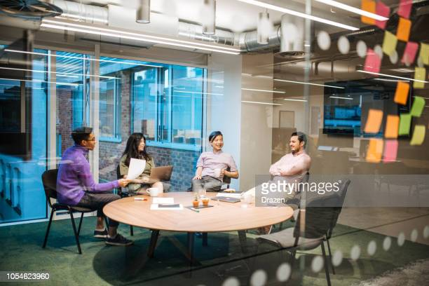 como fazer decisões de negócio em equipe global - começo - fotografias e filmes do acervo