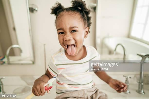 como ensinar a criança a escovar os dentes - rotina - fotografias e filmes do acervo