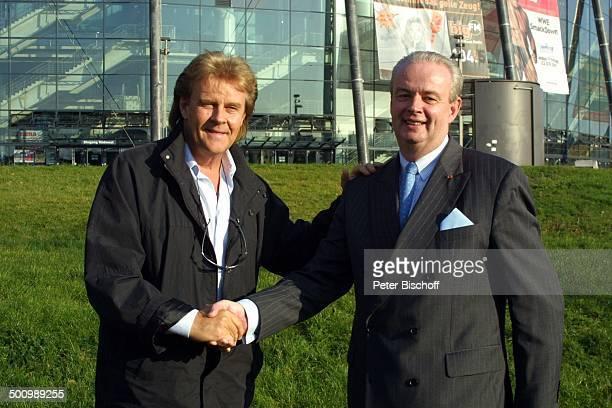 Howard Carpendale Ralf Bernd Assenmacher Pressekonferenz Köln Kölnarena Sänger Schlagersänger Hand geben schütteln reichen Promi PNr 964/2003 HS Foto...