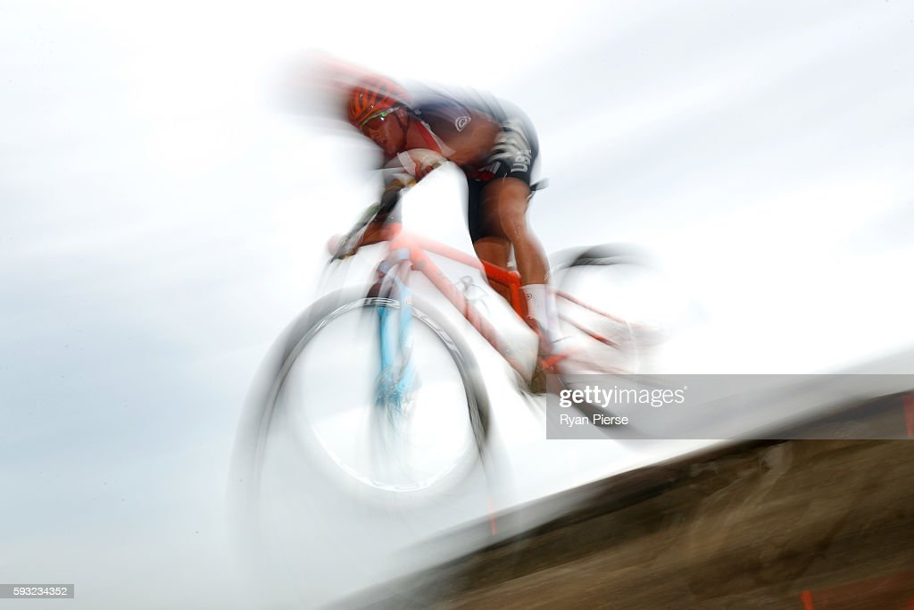 Howard Grotts of the United States rides during the Men's Cross-Country on Day 16 of the Rio 2016 Olympic Games at Mountain Bike Centre on August 21, 2016 in Rio de Janeiro, Brazil.
