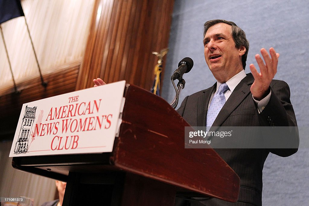Howard Kurtz speaks at the American News Women's Club 2013 Gala Award luncheon at The National Press Club on June 21, 2013 in Washington, DC.