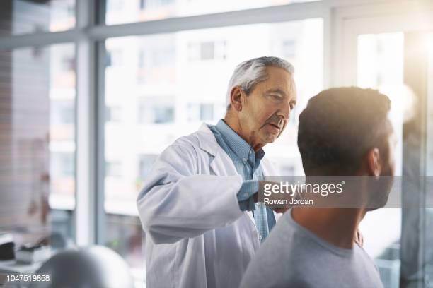 この肩のすすみ具合はどうですか。 - looking over shoulder ストックフォトと画像