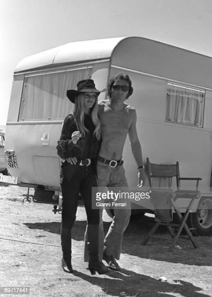 1971 Hoyo de Manzanares Madrid Spain The actresses Brigitte Bardot with her boyfriend Christian Kalt during a rest of the filming of 'Las Petroleras'...