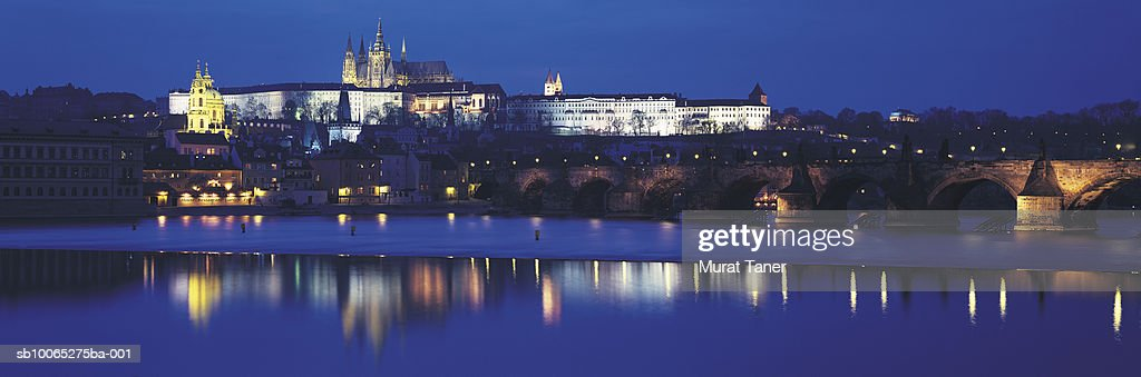 Hradcany Castle and St Vitus's Cathedral reflecting in Vltava River at night : Foto stock