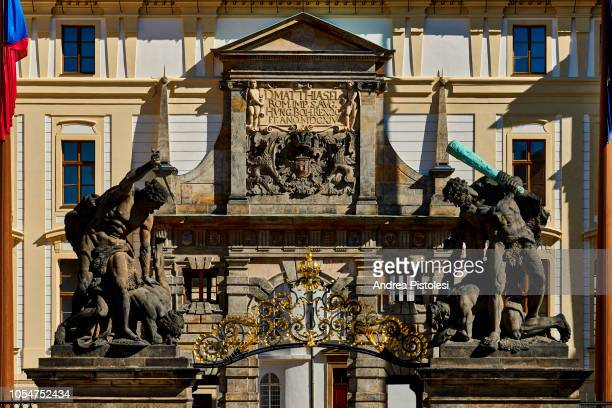 hradcany castle gate, prague - hradcany castle stock pictures, royalty-free photos & images