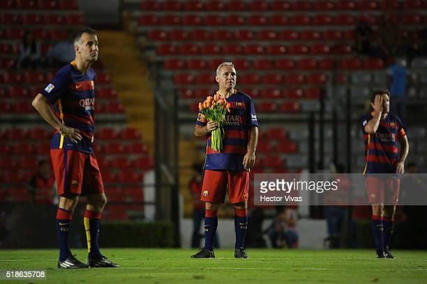 Hristo Stoichkov of Barcelona Legends holds flowers during a tribute to Johan Cruyff during the match between Leyendas de Mexico and FCB Legends at...