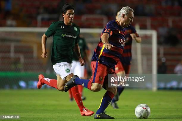 Hristo Stoichkov of Barcelona Legends struggles for the ball with Alberto Rodriguez of Leyendas de Mexico during the match between Leyendas de Mexico...