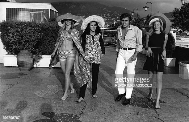 L'héritier allemand et suisse Gunther Sachs avec des mannequins de sa maison de couture circa 1970