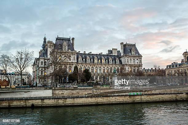 hôtel de ville from the seine - paris romantique stock pictures, royalty-free photos & images