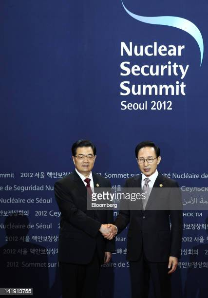 Hu Jintao, China's president, left, shakes hands with Lee Myung Bak, South Korea's president, during a photo session before the working dinner at the...