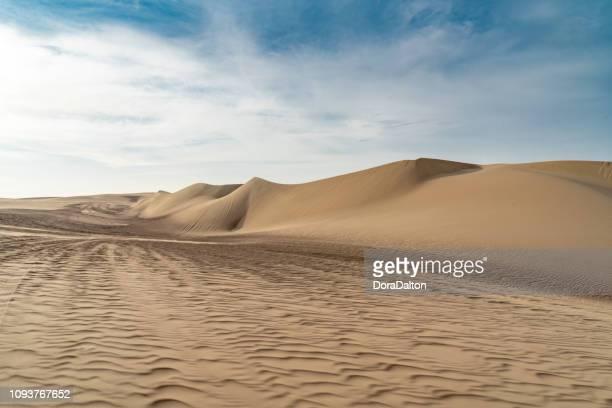 dunas de huacachina - duna de arena fotografías e imágenes de stock