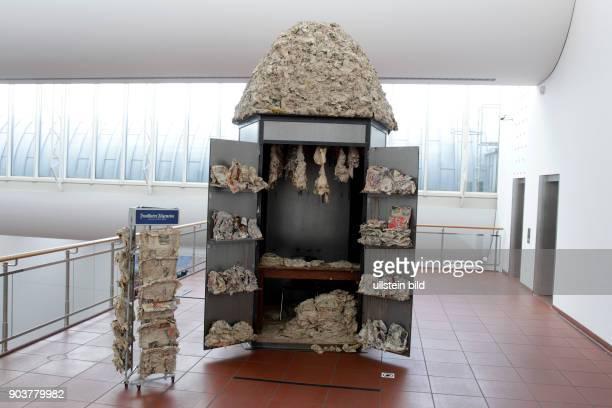 Huang Yong Ping erhält für seine Arbeit Mémorandum Bat Project I II III 20012003 von der Gesellschaft für Moderne Kunst am Museum Ludwig den mit Ä...