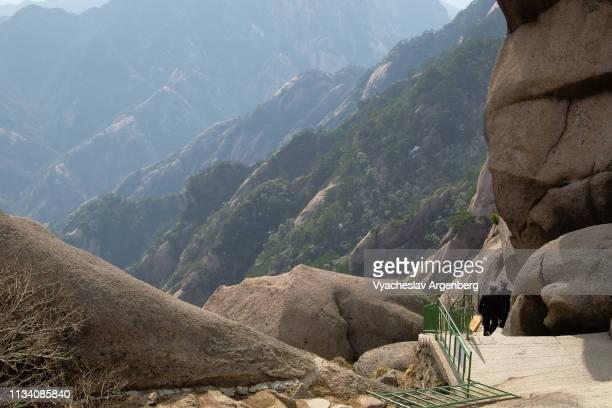 huangshan, oddly shaped rocks of the yellow mountains - argenberg imagens e fotografias de stock