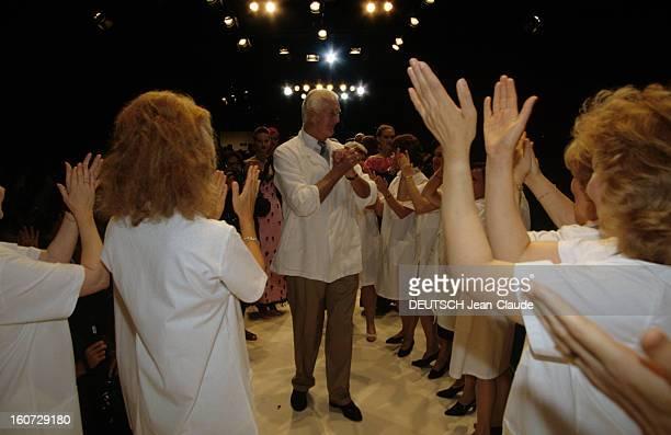Hubert De Givenchy Collection Fallwinter 19951996 Hubert DE GIVENCHY en blouse blanche applaudissant et se faisant applaudir par ses ouvrières...