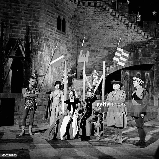 Hubert Noël Maria Casarès Daniel Sorano Camille Guerini and Lucien Barjon in a scene of Hamlet de Shakespeare recorded entirely by Claude Barma from...