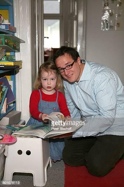 Hubert Schmid Tochter Charlotte Geburt der 2Tochter und Homestory Marburg Hessen Deutschland Europa Kinderzimmer spielen Schaukel Kind Mädchen...