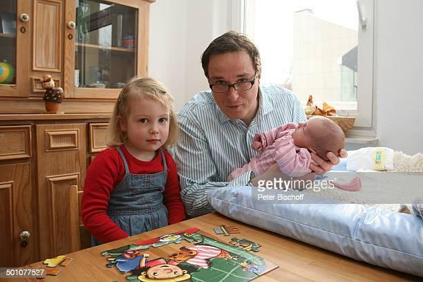Hubert Schmid , Tochter Charlotte , Säugling Lioba Marie , Geburt der 2. Tochter und Homestory, Marburg, Hessen, Deutschland, Europa, Wohnzimmer,...