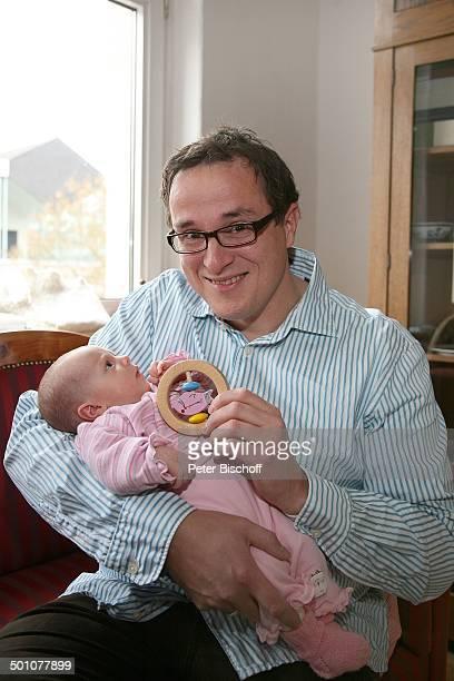Hubert Schmid , Tochter Säugling Lioba Marie , Geburt der 2. Tochter und Homestory, Marburg, Hessen, Deutschland, Europa, Wohnzimmer, Holz-Rassel,...