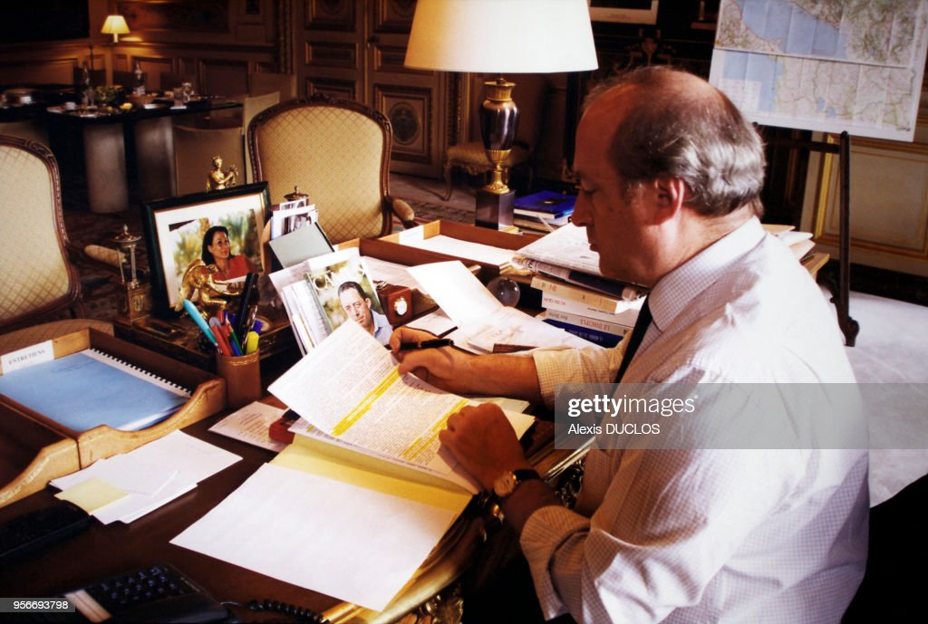 Hubert védrine dans son bureau pictures getty images