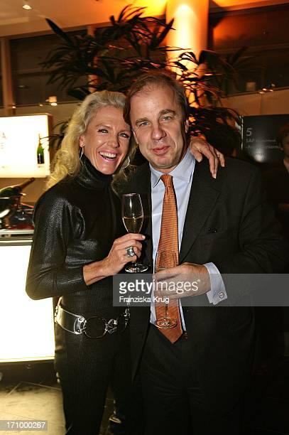 Hubertus Meyer Burckhardt Und Ehefrau Jacqueline Bei Der Finissage Zugunsten Der Sos Kinderdörfer Weltweit Anlässlich Sos Kunststück 2005 In Den...