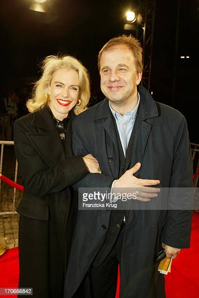 Hubertus Meyer Burckhardt Und Ehefrau Jacqueline Bei Der Premiere Asterix Obelix Mission Kleopatra In Hamburg Am 010302